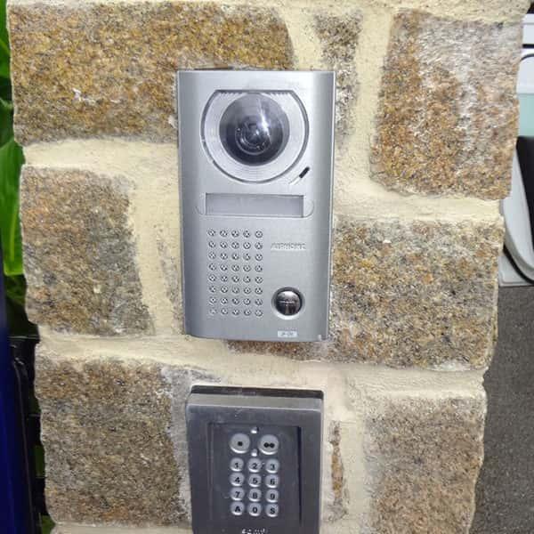 automatisme pour portail : code et caméra