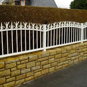 clôtures classiques blanches