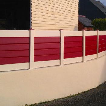 clôtures blanches et rouges