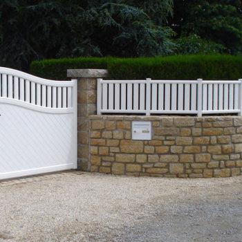 clôtures et portail blancs