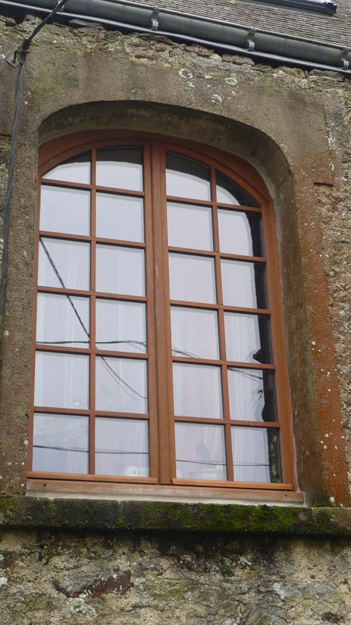 grande fenêtre en bois