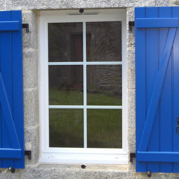 fenêtre en pvc volets bleus