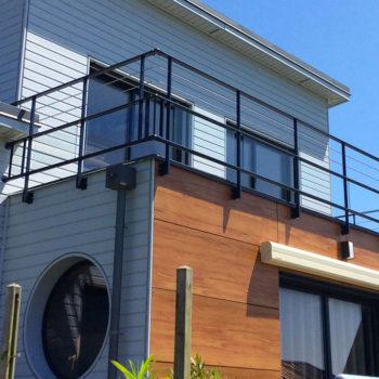 garde-corps balcon noir en verre et ajouré