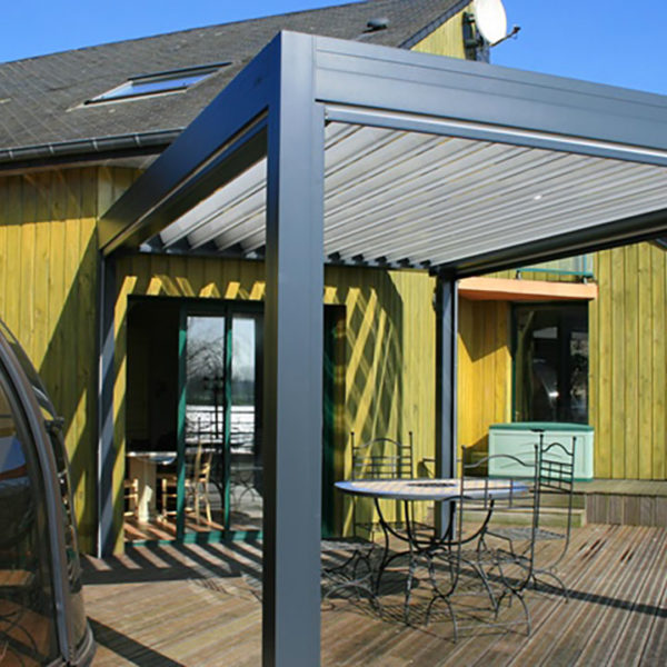 pergola bioclimatique maison en bois jaune