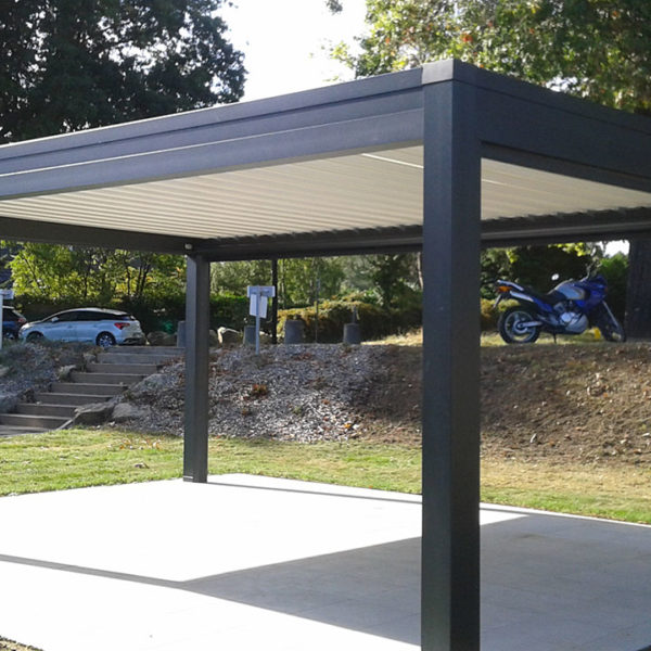 pergola bioclimatique vue sur parking