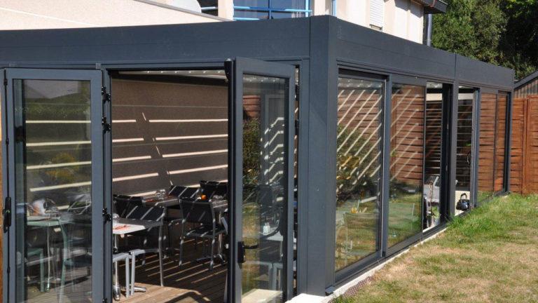 pergola bioclimatique avec fenêtres