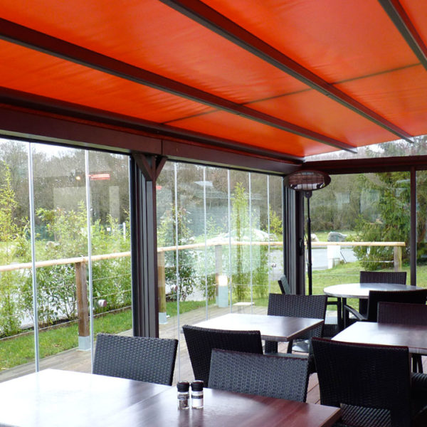 pergola toile rouge avec fenêtres