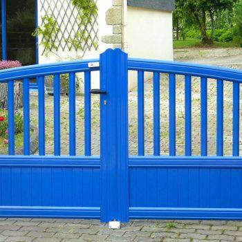 portail aluminium contemporain haut ajouré bleu vif