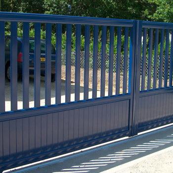 portail aluminium contemporain ajouré bleu marine