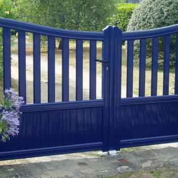 portail aluminium contemporain ajouré bleu
