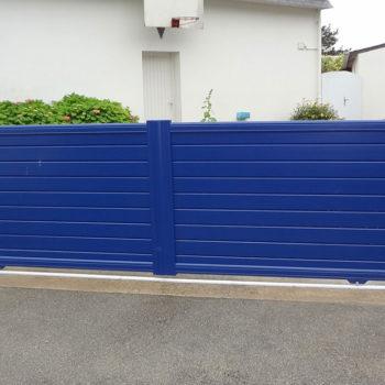 portail aluminium contemporain bas bleu vif