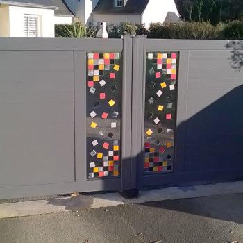 portail aluminium contemporain gris à motifs