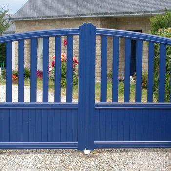 portail aluminium contemporain haut ajouré bleu marine