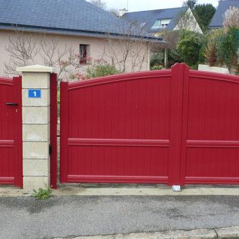 portail aluminium contemporain et portillon rouge