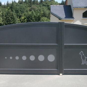 portail aluminium contemporain gris avec dessin