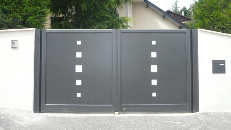 portail aluminium contemporain avec motifs carrés
