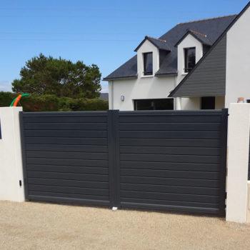 portail aluminium contemporain et portillon noirs