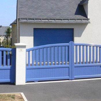 portail aluminium contemporain bleu clair