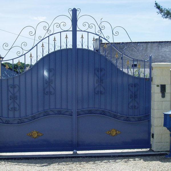 portail aluminium traditionnel bleu vif