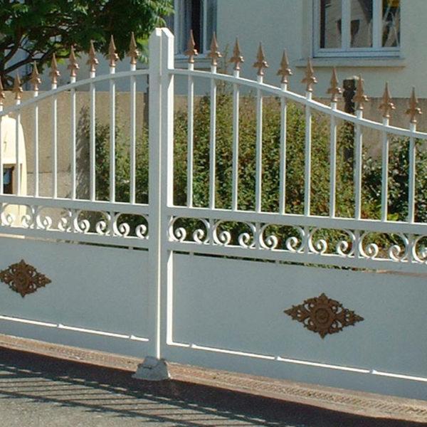 portail aluminium traditionnel ajouré blanc