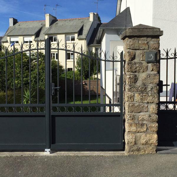 portail aluminium traditionnel ajouré noir