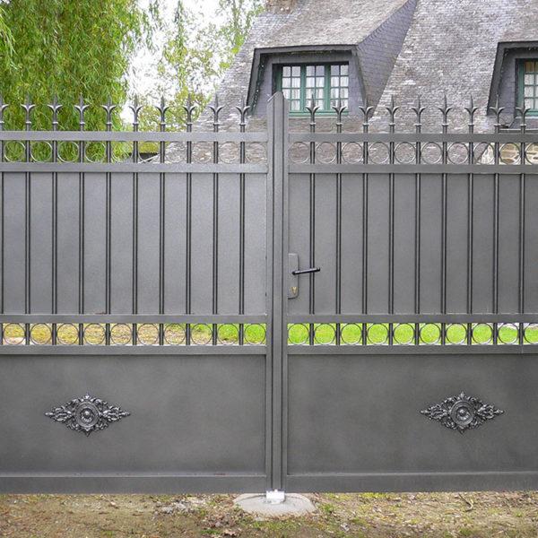 portail aluminium traditionnel gris métallique