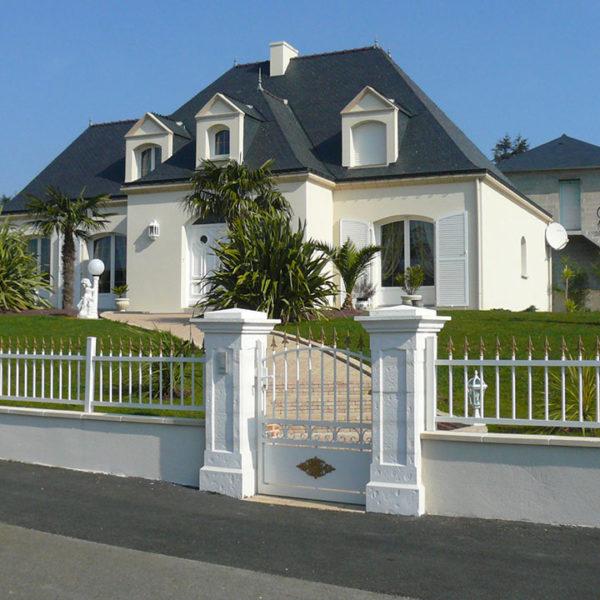 portail aluminium traditionnel portillon et clôture ajouré blanc