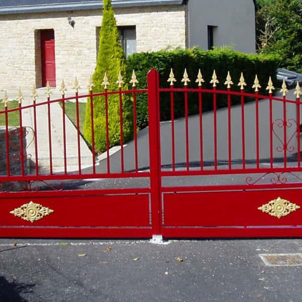 portail aluminium traditionnel ajouré rouge