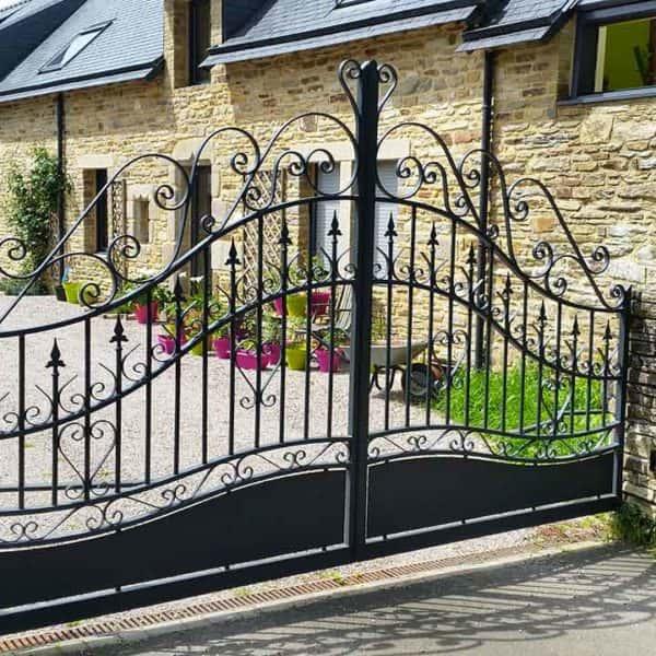 portail aluminium traditionnel noir ajouré