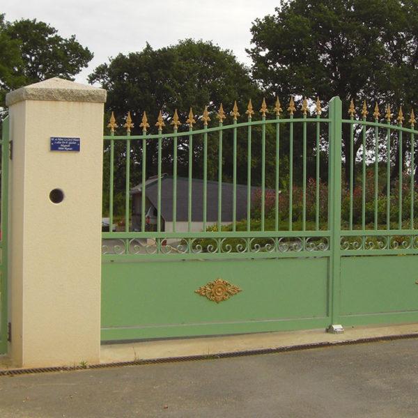 portail aluminium traditionnel ajouré vert