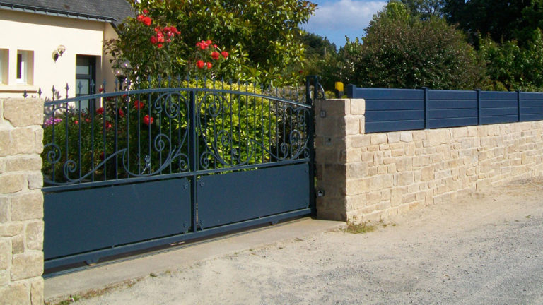 portail aluminium traditionnel ajouré bleu marine