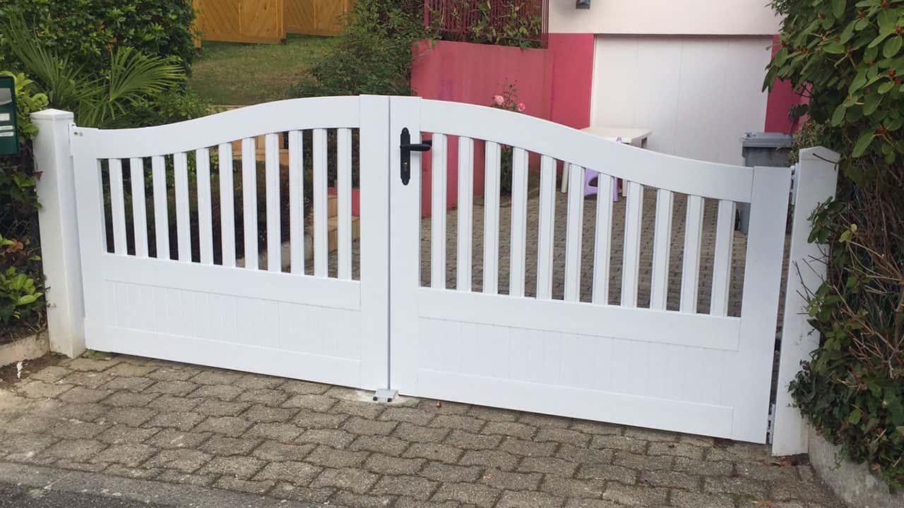 portails pvc installez un portail en pvc pour votre. Black Bedroom Furniture Sets. Home Design Ideas