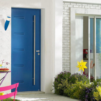 porte d'entrée aluminium bleue avec détails