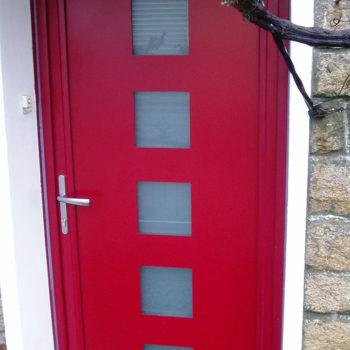 porte d'entrée aluminium rouge avec vitres