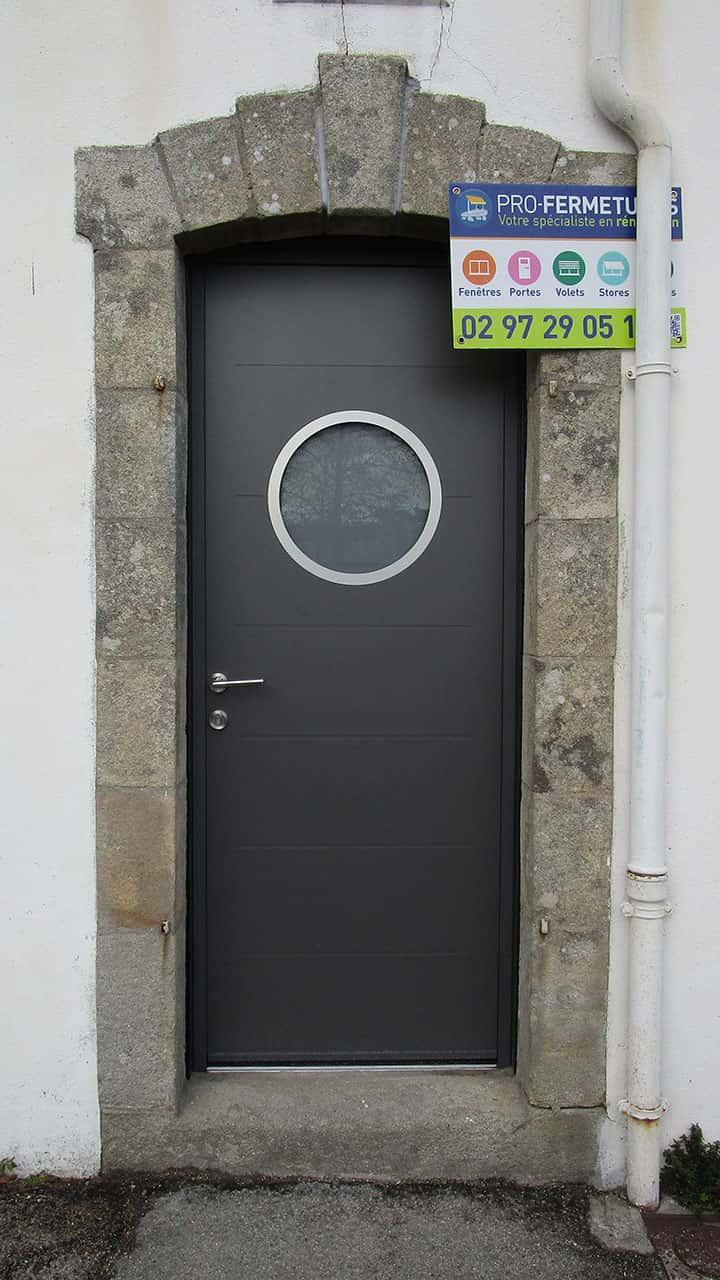 porte d'entrée aluminium grise avec hublot