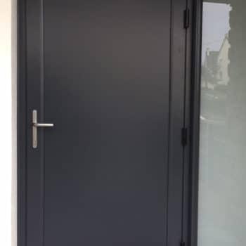 porte d'entrée aluminium noire avec vitre sur le côté