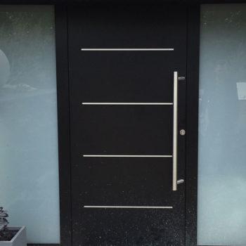 porte d'entrée aluminium noire avec des détails métalliques