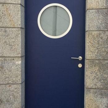 porte d'entrée aluminium bleue marine avec hublot