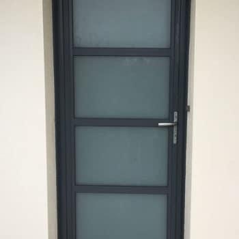 porte d'entrée aluminium noire entièrement vitrée