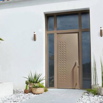 porte d'entrée aluminium beige/or avec détails et vitrée autour