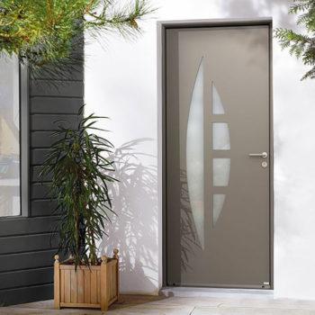 porte d'entrée aluminium marron avec petites vitres