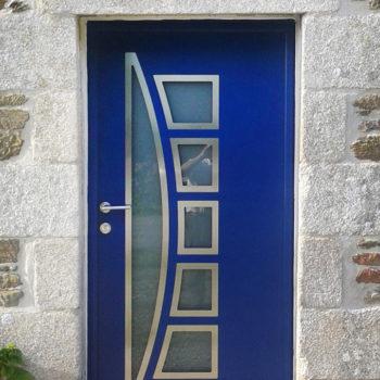 porte d'entrée aluminium bleue avec vitres