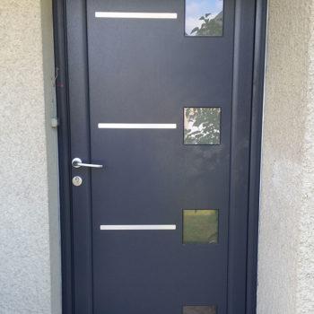porte d'entrée aluminium bleue foncée avec détails et vitres