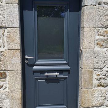 porte d'entrée aluminium bleue foncée avec grande vitre