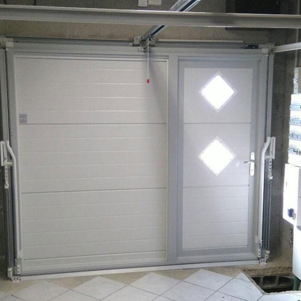 porte de garage basculante avec vitres sur le portillon (intérieur)