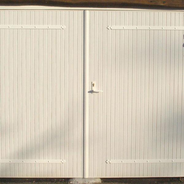 porte de garage ouvrante à la française blanche
