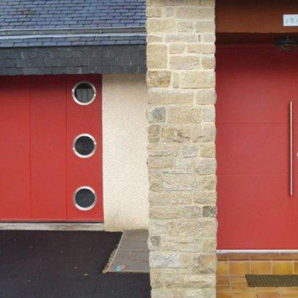 porte de garage latérale rouge avec 3 hublots