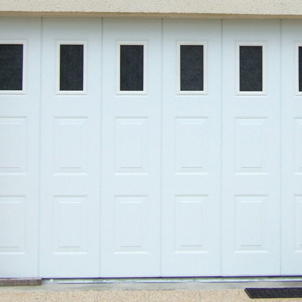 porte de garage latérale blanche avec vitre en haut