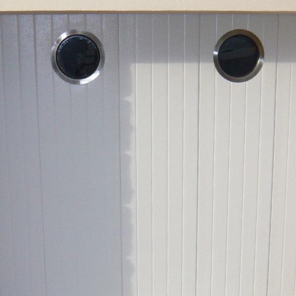 porte de garage latérale blanche avec deux hublots