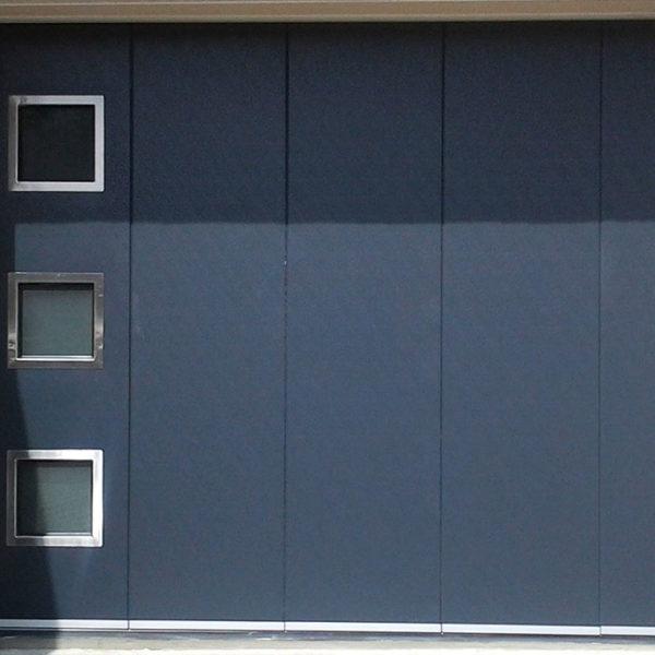 porte de garage latérale bleue marine avec vitres